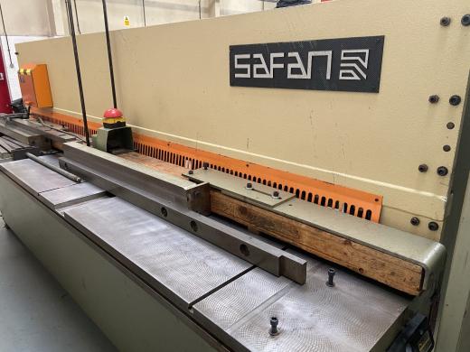 Length 3100mm, capacity 4mm, power backgauge, variable rake angle, rear sheet support system, squari