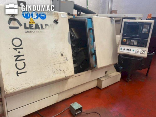 This Lealde TCN-10 Lathe from 2002 was built in Spain. It is equipped with a SIEMENS 810D control un