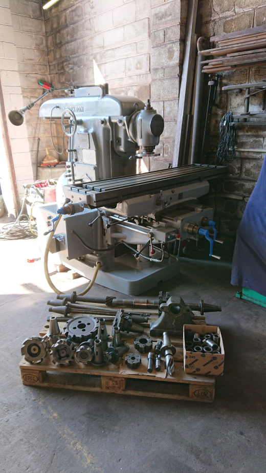 In great condition Parkson Milling Machine with pallet of tooling as pictured.