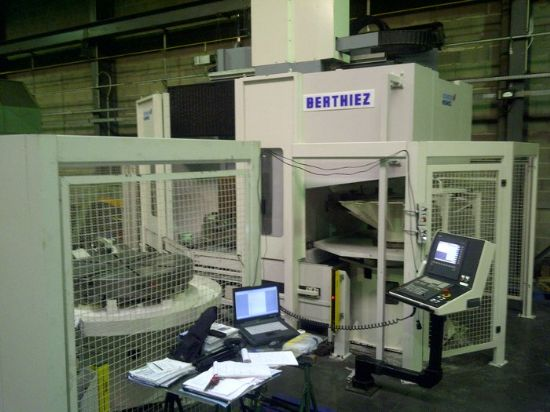 CNC : SIEMENS 840 D  Equipped with :  2 pallets Chip conveyor Tool changer 20 pockets RENISHA
